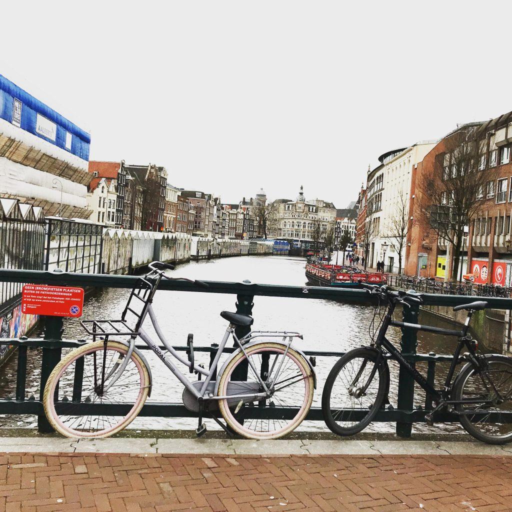 アムステルダム自転車と運河