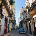 キューバ、ハバナ旧市街の倉庫風マーケットへ